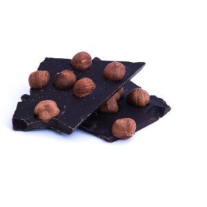 Ručně vyráběná lámaná hořká čokoláda s lískovými oříšky