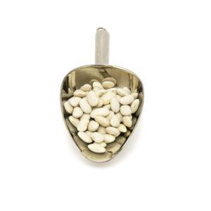 Nerezová lopatka s bílou střední fazolí.