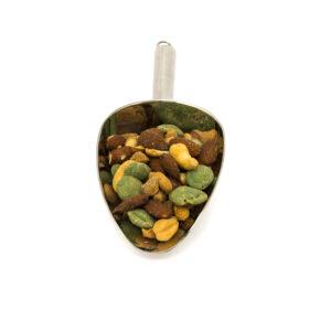 Nerezová lopatka s mixem pražených solených a uzených ořechů a wassabi.