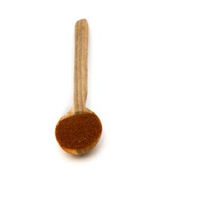 Dřevěná lžička s drcenou paprikou sladkou.