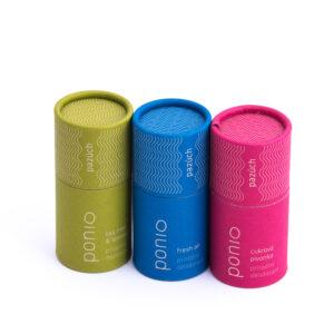 Přírodní deodoranty v kompostovatelných papírových obalech.