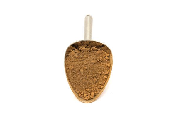 Nerezová lžíce s nepraženým kakaovým práškem se sníženým obsahem tuku.